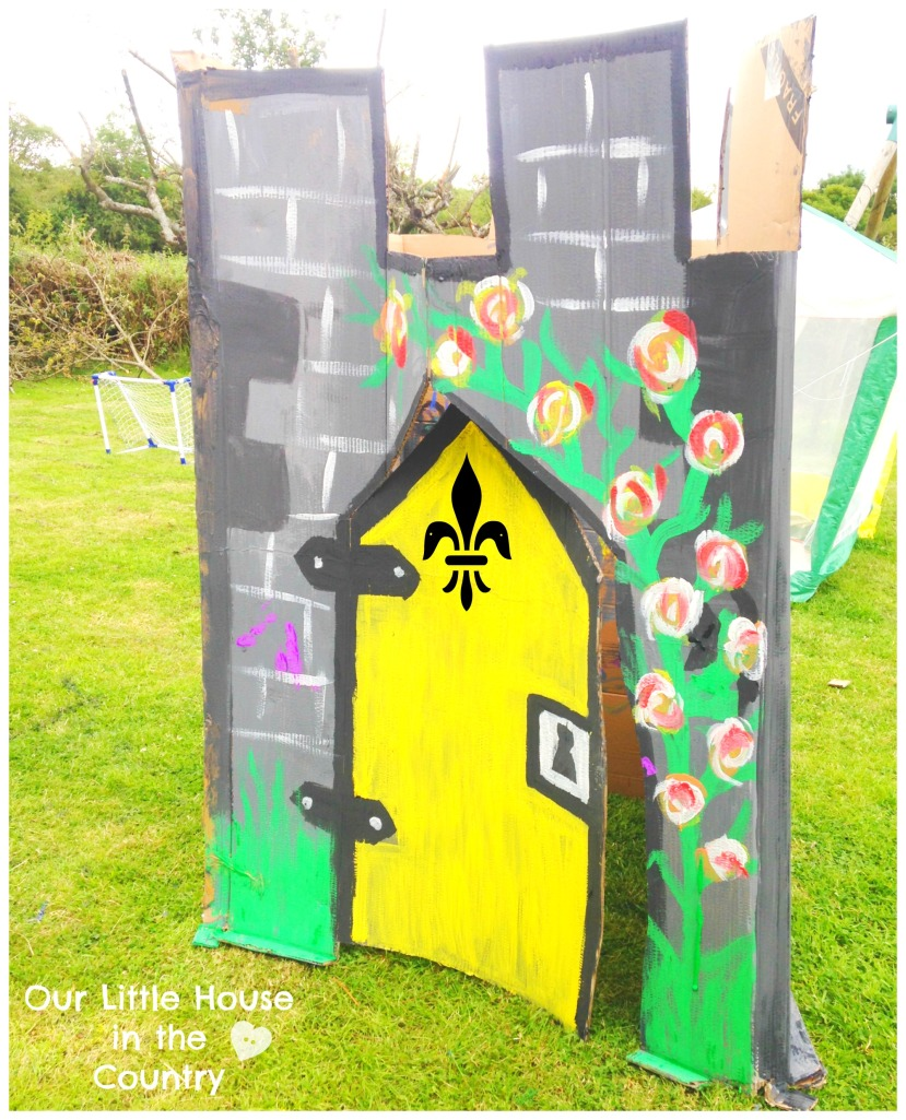How to Make a Fairy Tale Castle - Outdoor Summer Fun for Kids - Our Little House int he Country #outdoorfun #summer #kids #fairytalecastle #pretendplay #artsandcrafts